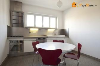 круглый кухонный стол с красными стульями
