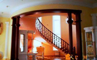 арочный проем и лестница