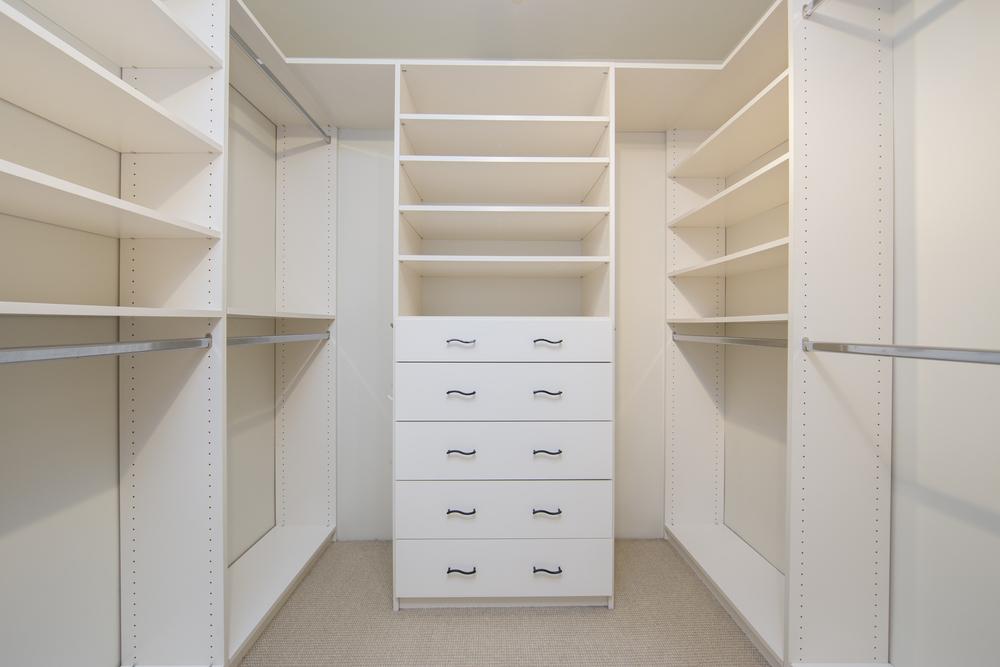 Наполнение гардеробной комнаты зависит от размеров