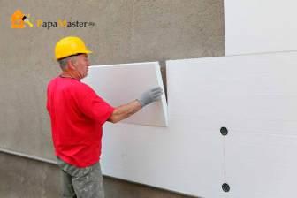 Приклеиваем лист утеплителя к стене