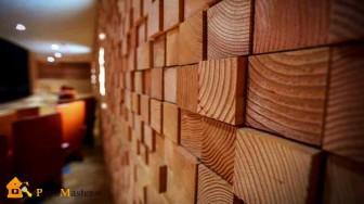 Мозаичная отделка стены деревянными брусками