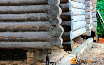 удержание деревянного дома на домкратах для замены нижних венцов