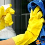Уборка помещения в перчатках
