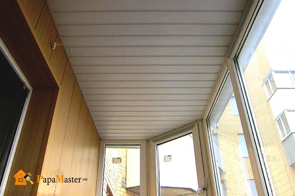 Обшивка балкона пластиковыми панелями с фото готовых решений.